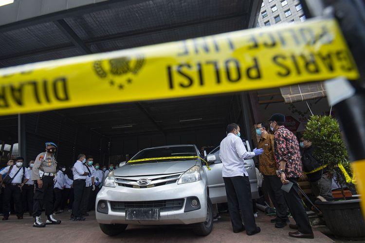 Dua komisioner Komnas HAM Beka Ulung Hapsara (kedua kanan), dan Aminudin (kanan) berbicara dengan polisi di sela pemeriksaan tiga mobil yang dikendarai polisi dan enam laskar FPI dalam kasus penembakan anggota FPI di Polda Metro Jaya, Jakarta, Senin (21/12/2020). Setelah pemeriksaan terhadap tiga mobil yang digunakan saat kasus penembakan anggota FPI di Tol Jakarta-Cikampek KM 50 tersebut, Komnas HAM akan menindaklanjuti hasil balistik, siapa saja yang menembak, dan cek darah dari anggota FPI.  ANTARA FOTO/Aditya Pradana Putra/aww.