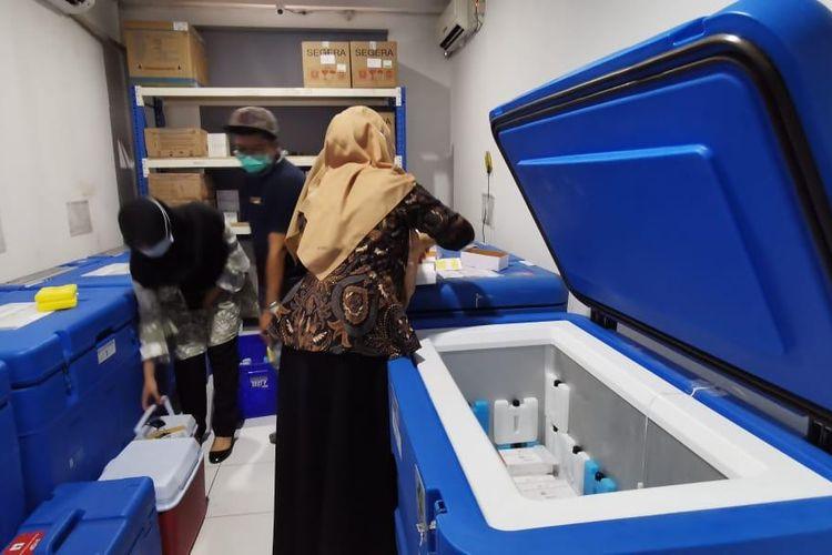 Petugas mempersiapkan Vaksin Covid-19 di Gudang Farmasi Dinas Kesehatan Tangerang Selatan, Kamis (14/1/2021)