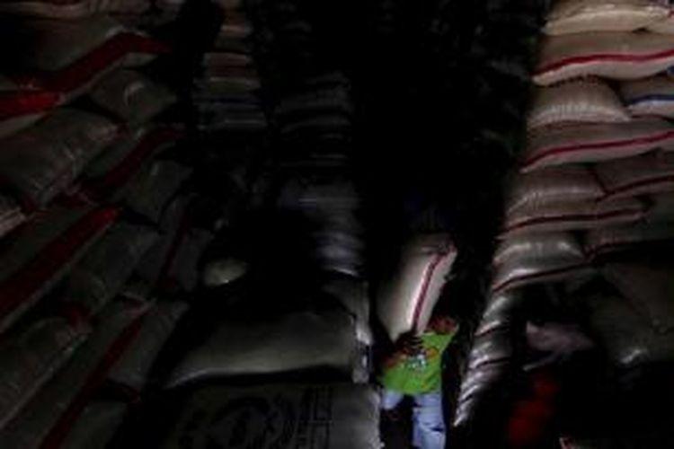Buruh memikul beras di Pasar Induk Beras Cipinang, Jakarta Timur, Rabu (6/7/2011).