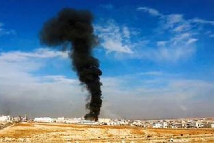 Dalam gambar yang diambil dari cuplikan rekaman video Sham News Network pada Sabtu (23/11) ini, terlihat asap tebal membubung dari kawasan industri di Aleppo setelah terjadi serangan artileri besar-besaran atas lokasi tersebut. Pasukan Pemerintah Suriah melancarkan serangkaian serangan di bagian utara Suriah pada hari itu.