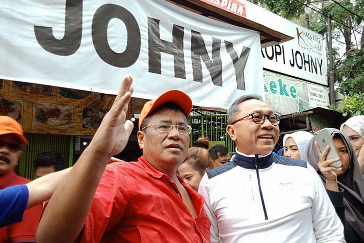 Pengacara Hotman Paris Hutapea (kiri) bersama Ketua MPR RI Zulkifli Hasan di Kopi Johny, di kawasan Kelapa Gading, Jakarta, Sabtu (17/2/2018) pagi. Kopi Johny belakangan banyak diperbincangkan setelah kerap disinggung oleh pengacara Hotman Paris di akun Instagramnya.