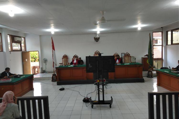 Tampak sebuah layar televisi yang menampilkan ketiga petinggi sunda Empire di ruang sidang Pengadilan Negeri Bandung, Kamis (18/6/2020). sidang perdana petinggi Sunda Empire ini dilakukan secara online.