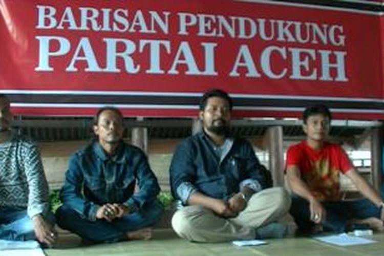 Azmi, Ketua Barisan Pendukung Partai Aceh saat konferensi pers di Aceh, Rabu (04/06/2014).