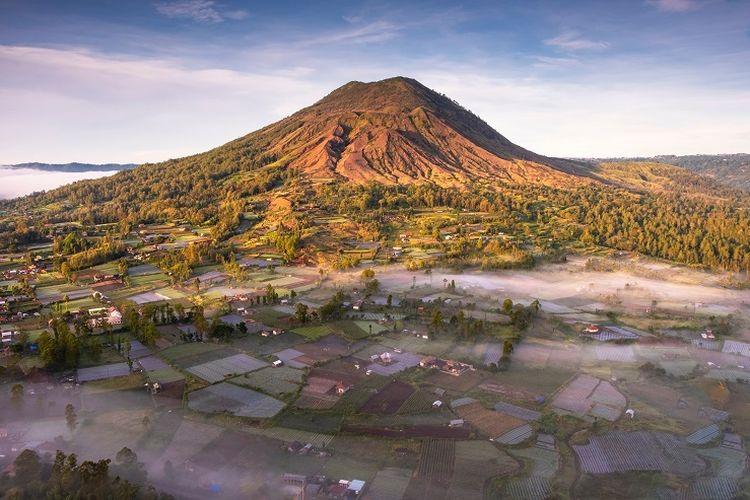 Ilustrasi Bali - Pemandangan dari atas bukit di Desa Pinggan, Kintamani, Bangli, Bali.