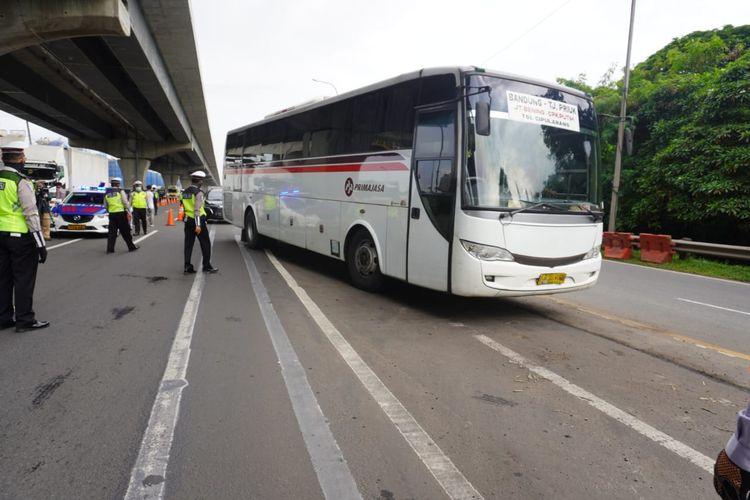 Kendaraan pribadi dan angkutan penumpang yang nekat melintas akan dikeluarkan di gerbang tol terdekat.