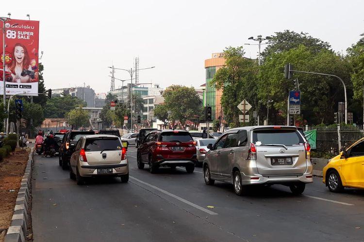 Lampu lalu lintas padam di depan Mal Pejaten Village, Jakarta Selatan, Minggu (4/8/2019).