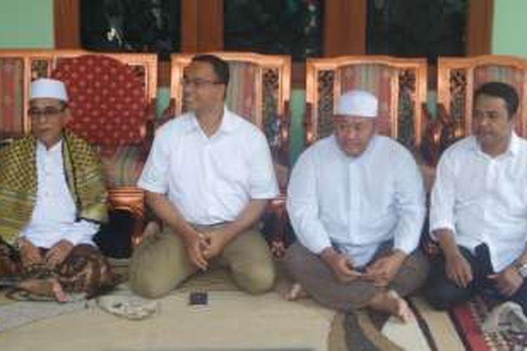 Anies Baswedan saat mengunjungi warga di Kelurahan Kalisari, Jakarta Timur (6/11/2016)