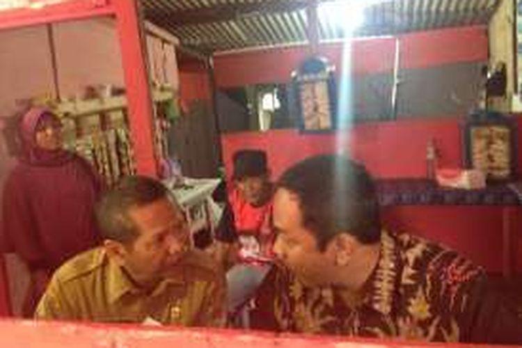 Wali kota Semarang Hendrar Prihadi makan di warung berbayar dengan plastik di TPA Jatibarang, Senin (14/3/2016)