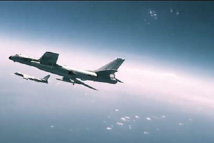 Sebuah pesawat pembom H-6 tampil dalam video propaganda militer China. Sayangnya, film itu diejek karena mencomot adegan dalam film Hollywood.