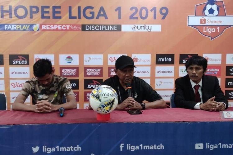 Pelatih PS Tira-Persikabo Rahmad Darmawan (tengah) saat menghadiri konferensi pers usai laga melawan PSM Makassar, Kamis (19/9/2019).