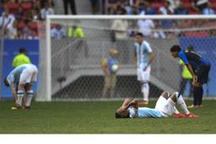 Reaksi para pemain Argentina U-23 setelah bermain imbang 1-1 melawan Honduras pada pertandingan terakhir penyisihan Grup D Olimpiade 2016 di Stadion Mane Garrincha, Brasilia, Brasil, Rabu (10/8/2016). Argentina tersingkir karena kalah selisih gol dari Honduras.