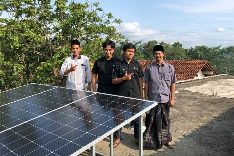 Pondok Pesantren (Ponpes) Tanbihul Ghofilin Banjarnegara, Jawa Tengah, menggunakan Pembangkit Listrik Tenaga Surya (PLTS).