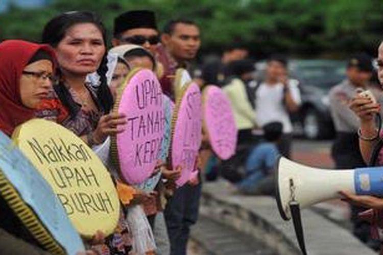 Buruh dari Gabungan Serikat Buruh Independen memeringati Hari Kartini dengan berunjuk rasa di Bundaran Hotel Indonesia, Jakarta, Minggu (21/4/2013). Berbagai tuntutan mereka serukan antara lain penolakan diskriminasi, menolak rencana kenaikan bahan bakar minyak, naikkan upah buruh, penghapusan sistim kerja kontrak, dan penurunan harga kebutuhan pokok. Aksi ini juga dalam rangka menyambut peringatan Hari Buruh Internasional 1 Mei.