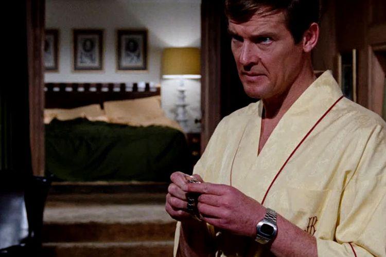 Roger Moor saat memakai jam digital pertama di dunia Pulsar P2 2900 dalam film James Bonds Live and let die