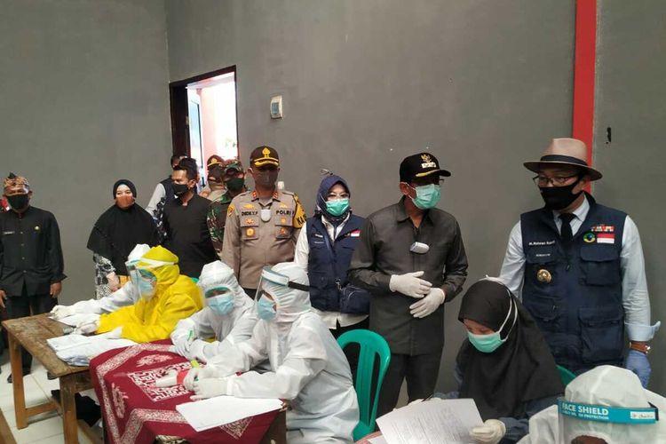 Gubernur Jawa Barat Ridwan Kamil didampingi Wakil Bupati Garut melihat langsung kesiapan tim medis melakukan swab test bagi warga Desa Samida Kecamatan Selaawi, Kamis (11/06/2020)