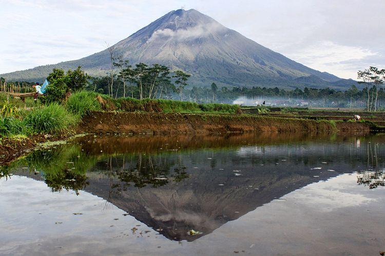 Refleksi Gunung Semeru yang mengeluarkan awan panas dari kawasan Pranajiwo, Lumajang, Jawa Timur, Kamis (5/3/2020). Aktivitas vulkanik Gunung Semeru meningkat sejak sepekan terakhir dengan mengeluarkan awan panas sejauh tiga kilometer dan intensitas delapan kali guguran lava pijar dengan status level II atau waspada.