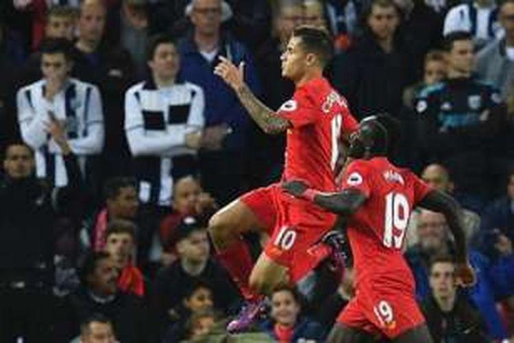 Philippe Coutinho dan Sadio Mane merayakan gol Liverpool pada pertandingan kontra West Bromwich Albion di Anfield, Sabtu (22/10/2016).