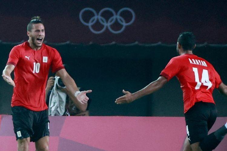 Pemain depan Mesir, Ramadhan Sobhi merayakan gol mereka selama pertandingan sepak bola putaran pertama grup C putra Olimpiade Tokyo 2020 antara Australia dan Mesir di Stadion Miyagi di Miyagi pada 28 Juli 2021