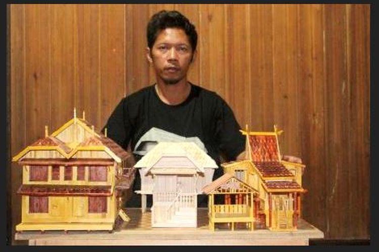 Rusman Effendi, perajin miniatur rumah tradisional Banjar di Desa Lihung, Kecamatan Karang Intan, Kabupaten Banjar, Kalimantan Selatan.