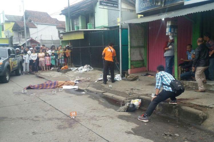 Petugas sedang melakukan olah TKP penemuan mayat dengan luka-luka di pinggir Jalan Raya Bandung - Garut, Dusun Warung Cina, Rt 03/03 Desa Mangunarga Kecamatan Cimanggung Kabupaten Sumedang, Kamis (4/1/2018).