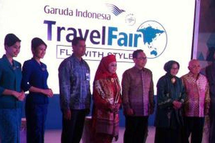 Jajaran Direksi Garuda Indonesia beserta Bank BNI dan Bank BRI berfoto bersama saat pembukaan Garuda Indonesia Travel Fair 2015 di Jakarta Convention Center, Jumat (25/9/2015).
