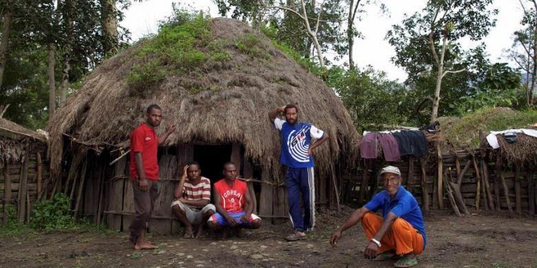 ILUSTRASI: Warga Papua, Ruben Wetipo (paling kanan) bersama anak-anaknya di depan honai (rumah adat Papua) di Kampung Wouma, Wamena, Kabupaten Jayawijaya, Papua, Minggu (29/4/2012). Kaum laki-laki tidur dalam satu honai yang disebut honai pilamo.