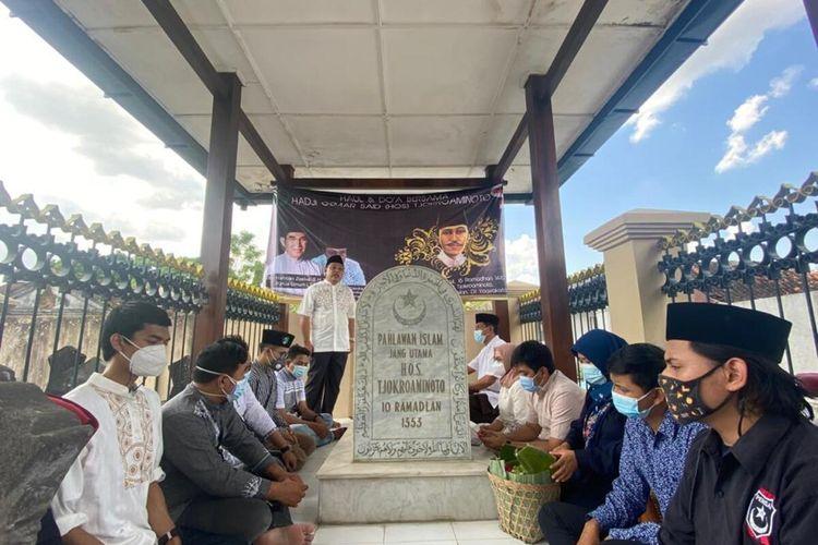 Rombongan Pertahanan Ideologi Sarekat Islam (Perisai) Kabupaten Bogor saat berziarah ke makam Hos Tjokroaminoto di Yogyakarta, Selasa (27/4/2021).