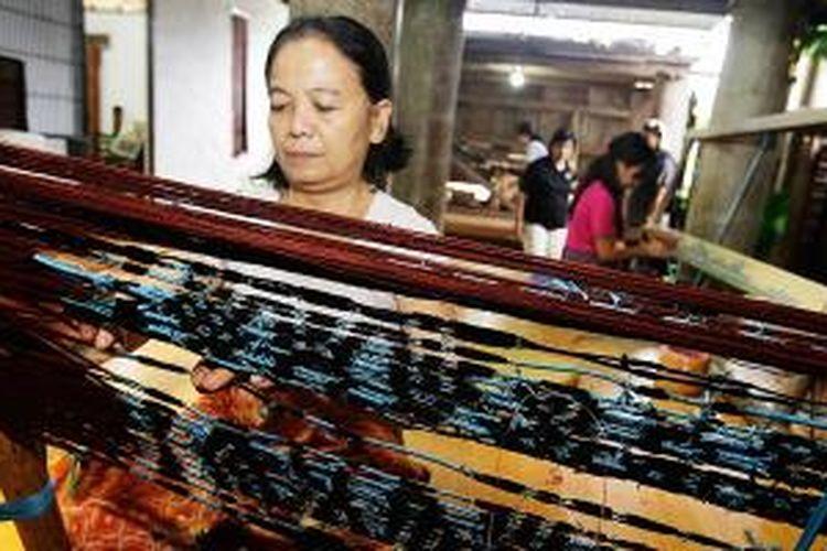 Kegiatan pembuatan tenun ikat Sekomandi (Kalumpang) di Toko Todi', Rantepao, Toraja, Sulawesi Selatan, Selasa (29/4/2014). Kegiatan tenun dilakukan  di toko ini, sekaligus menjadi atraksi yang bisa disaksikan wisatawan.