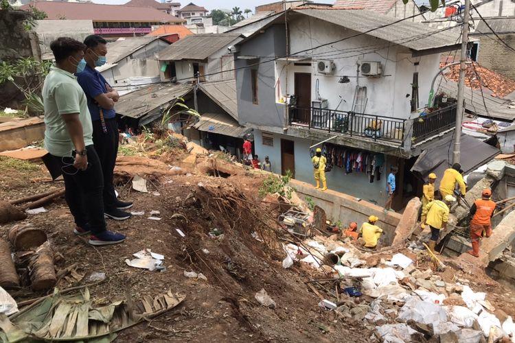 Mantan Wakil Menteri Luar Negeri, Dino Patti Djalal meninjau lokasi tembok pagar rumah milik ibunya yang roboh dan menimpa sejumlah Gang Melati RT 010 RW 03, Bangka, Mampang Prapatan, Jakarta Selatan pada Selasa (23/2/2021) siang.
