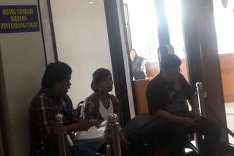 Warga bukan orang berkebutuhan khusus duduki ruang tunggu khsusus penyandang cacat di Pelayanan Terpadu Satu Pintu Jakarta Pusat, Rabu (13/5/2015).