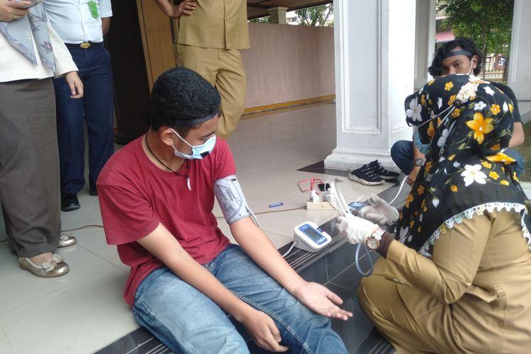 Tim medis Sekretariat DPRA memeriksa kesehatan para pendemo mogok makan di halaman gedung DPRA. karena kondisi dehidrasi parah mereka akhirnya dilarikan ke Rumah Sakit Zainal Abidin Banda Aceh untuk menjalani perawatan, Rabu (2/12/2020).*****