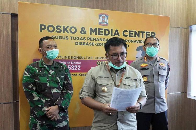 Wali Kota Balikpapan Rizal Effendi (tengah) saat merilis surat edaran tentang  penutupan sementara tujuh ruas jalan kota di ruang posko dan media center Kantor Pemkot Balikpapan, Senin (30/3/2020).