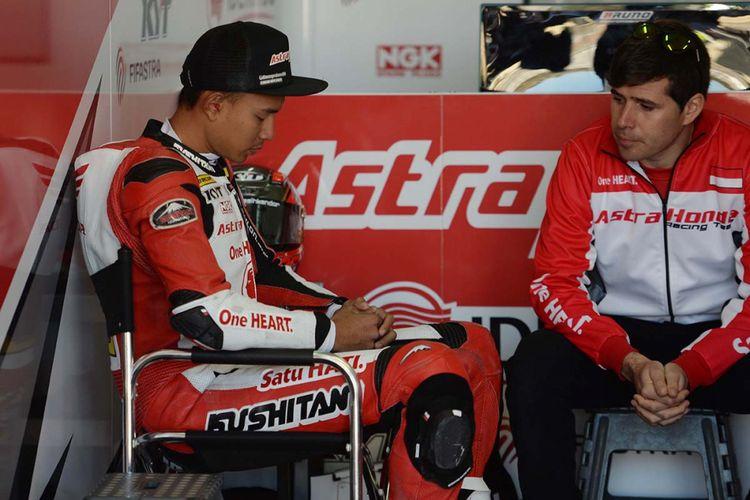 Pebalap Astra Honda Racing Team, Dimas Ekky Pratama, berdoa sebelum memasuki lintasan sirkuit pada sesi kualifikasi FIM CEV Moto2 di Sirkuit Ricardo Tormo, Valencia, Spanyol, Sabtu (18/11/2017). Selain Dimas Ekky Pratama, Astra Honda Racing Team juga menurunkan Andi Gilang di kelas Moto3.