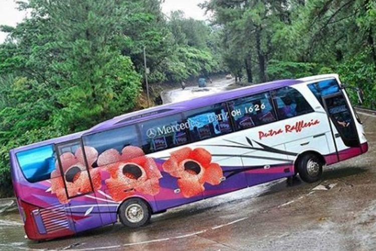 Ilustrasi Bus saat melewati jalur berliku-liku di sebuah tanjakan.