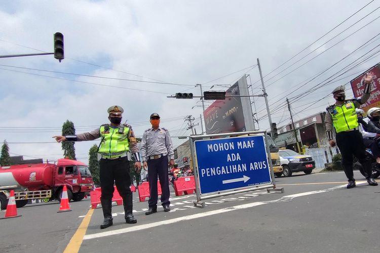 Petugas Kepolisian Satlantas Polresta Tasikmalaya dalam mengatur penutupan jalan di wilayah Kota Tasikmalaya menjelang larangan perayaan malam tahun baru, beberapa waktu lalu.
