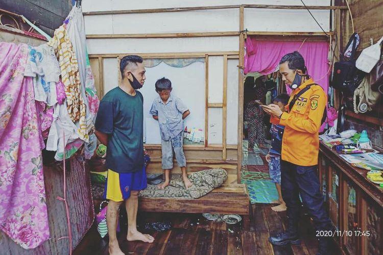 Seorang petugas BPBD melakukan pendataan terhadap warga yang terdampak angin puting beliung di Banjarmasin, Selasa (10/11/2020).