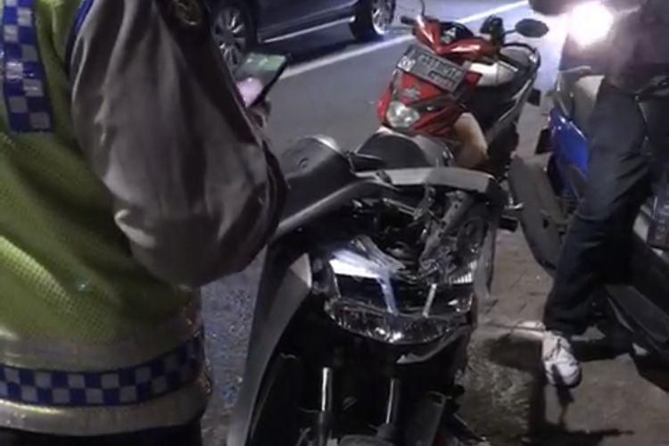 satu motor merek Yamaha Lexi bernomor pelat B 3053 ENG terlihat ringsek di bagian depan karena kecelakaan di Jalan Pangeran Antasari tepatnya di depan Pom Bensin Shell di perempatan Jalan Abdul Majid, Cipete Utara, Kebayoran Baru, Jakarta Selatan pada Kamis (24/12/2020) sekitar pukul 00.30 WIB.