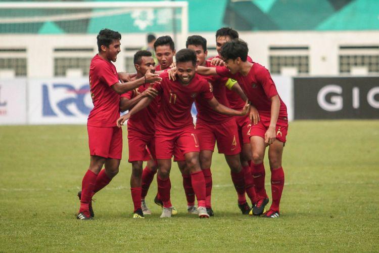 Para pemain timnas U-19 Indonesia merayakan gol Saddil Ramdani (tengah) pada laga uji coba melawan timnas U-19 Arab Saudi di Stadion Wibawa Mukti, Rabu (10/10/2018)