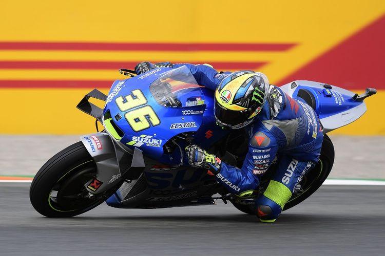 Joan Mir saat berlaga di MotoGP Eropa. (Photo by JOSE JORDAN / AFP)