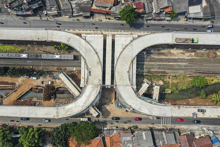 Foto aerial pembangunan jalan layang tapal kuda di kawasan Lenteng Agung, Jakarta, Rabu (5/8/2020). Menurut Gubernur DKI Jakarta Anies Baswedan, progres pembangunan jalan layang tapal kuda di Lenteng Agung sudah mencapai 75 persen dan ditargetkan selesai pada bulan Desember 2020.