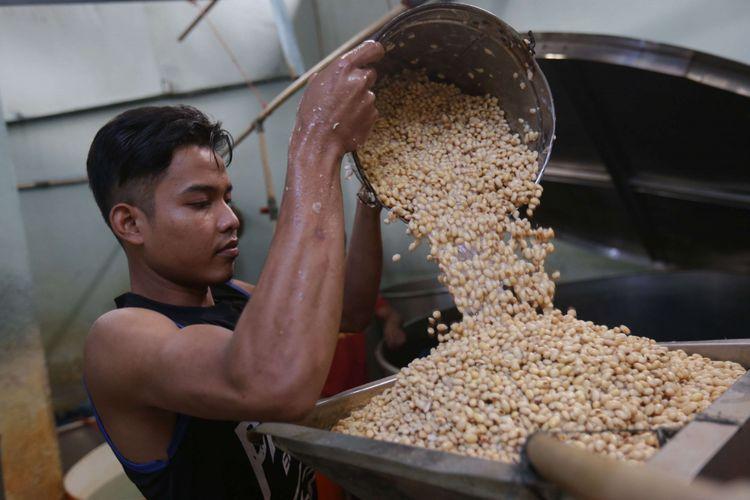 Pengrajin membuat tempe di kawasani pabrik tahu dan tempe Kalideres, Jakarta Barat, Rabu (19/9/2018). Pengrajin tempe dan tahu  mengadu terkait kenaikan dolar yang hampir menyentuh angka Rp 15.000 ke hadapan Menteri Perdagangan Enggartiasto Lukita.