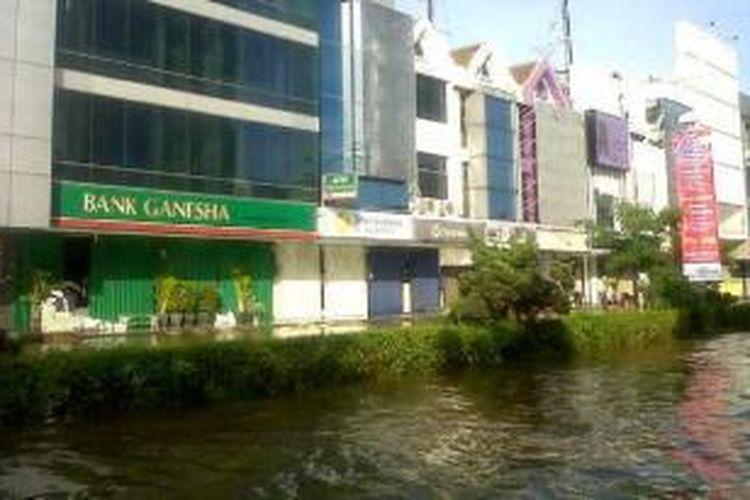 Banjir yang melanda kawasan elite di Jakarta Utara, yakni Kelapa Gading, menyebabkan ratusan rumah toko (ruko) di Ruko Boulevard Barat, tutup, Selasa (10/2/2015).