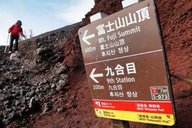 Setelah pendakian malam sekitar delapan jam, para pendaki mulai menuruni Gunung Fuji. Pendaki bisa memilih empat jalur pendakian, yang masing-masing memberikan nuansa berbeda.