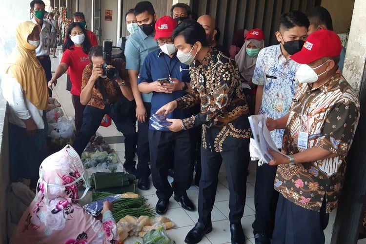 Wali Kota Solo Gibran Rakabuming Raka melakukan sidak kebutuhan pokok di Pasar Nusukan Solo, Jawa Tengah, Kamis (6/5/2021).
