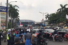 Massa Demonstran Tolak UU Cipta Lewat Pondok Indah, Lalu Lintas Macet
