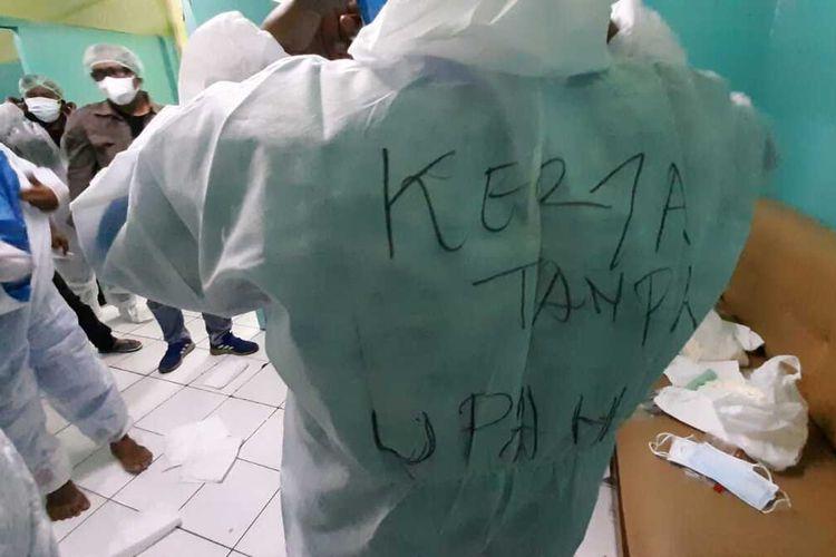 Para petugas pemulasaraan jenazah RSUD Soekardjo Tasikmalaya, protes dengan menuliskan sindiran kapan dicairkan intensif saat memproses jenazah covid-19 di ruang isolasi khusus, Kamis (20/8/2020) dini hari tadi.