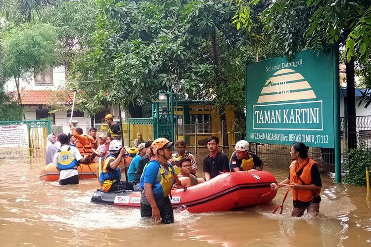 Komunitas Suzuki Club Reaksi Cepat saat mengevakuasi korban banjir