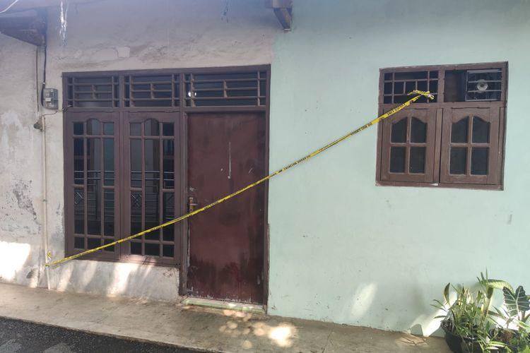 Rumah kontrakan tempat perempuan berinisial R (31) ditemukan bersimbah darah di dalam rumah kontrakannya di Pondok Jaya, Cipayung, Depok, Jawa Barat, pada Jumat (9/7/2021) pagi.
