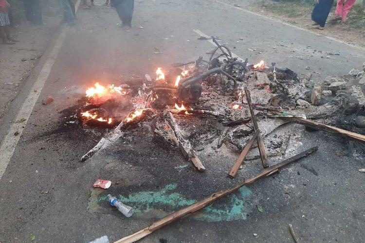Satu sepeda motor warga yang dibakar massa saat aksi bentrok warga dengan polisi di Desa Mompang Julu, Panyabungan Utara, Mandailing Natal, Senin (29/06/2020) sore. Akibat kejadian itu, sedikitnya enam polisi luka-luka, dua mobil dan satu sepeda motor dibakar.