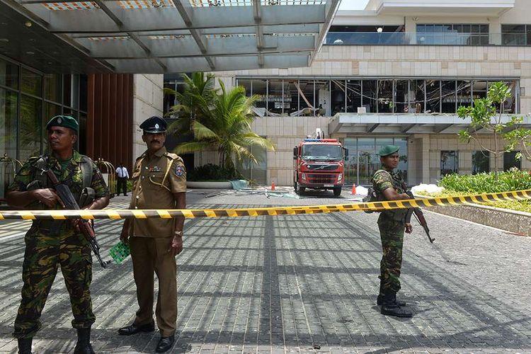 Situasi pengamanan pasca-ledakan yang terjadi di sebuah area di Shangri-La Hotel, Kolombo, Sri Lanka, Minggu (21/4/2019). Setidaknya 137 orang tewas dan lebih dari 200 orang lainnya terluka akibat ledakan bom di tiga gereja dan tiga hotel di Sri Lanka saat umat Kristen merayakan Paskah.